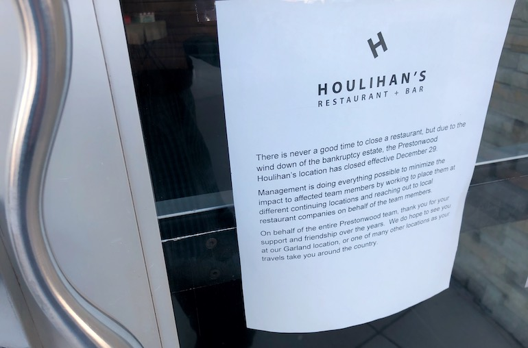 Houlihan's-closes-restaurants-door-posting.jpeg