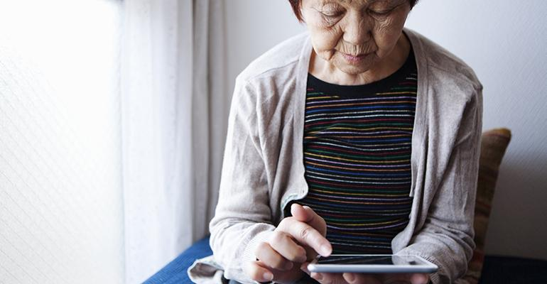 older-consumers-using-technology-to-order-from-restaurants.jpg